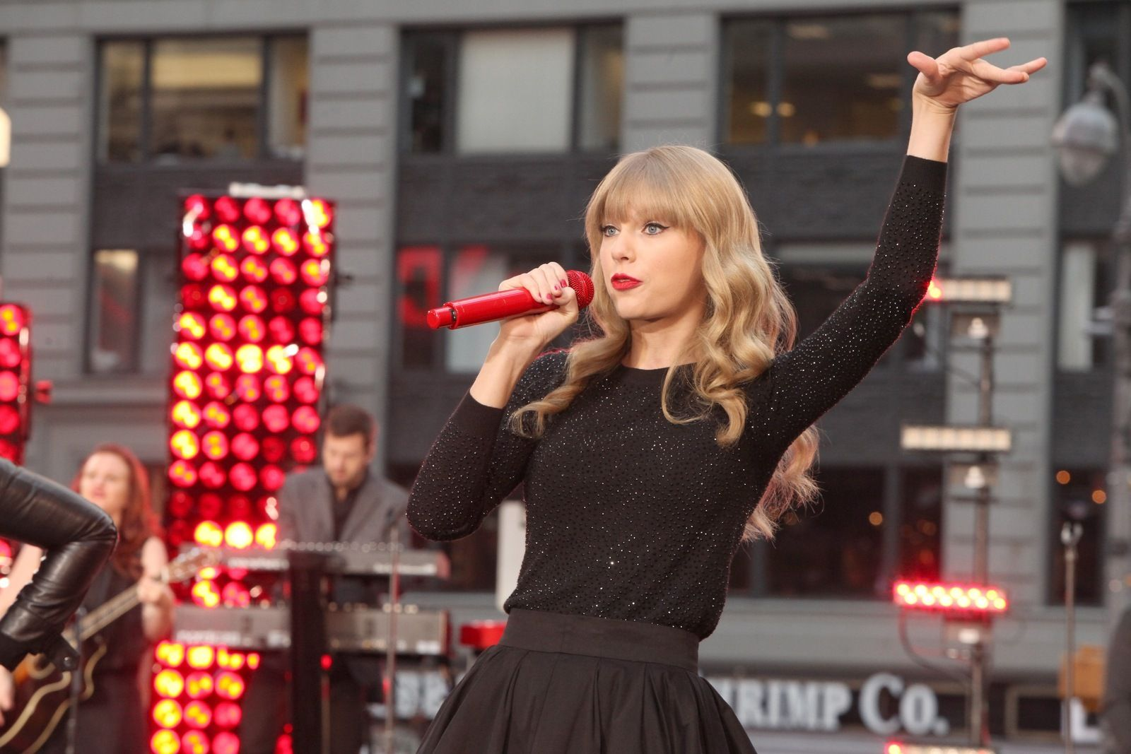 """Taylor Swift to Headline 2013 """"Red"""" Tour"""