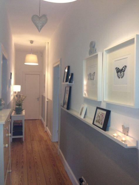 Schöne Idee für den Flur: Bilderleiste als Ablage u. Deko #wohnzimmerideenwandgestaltung