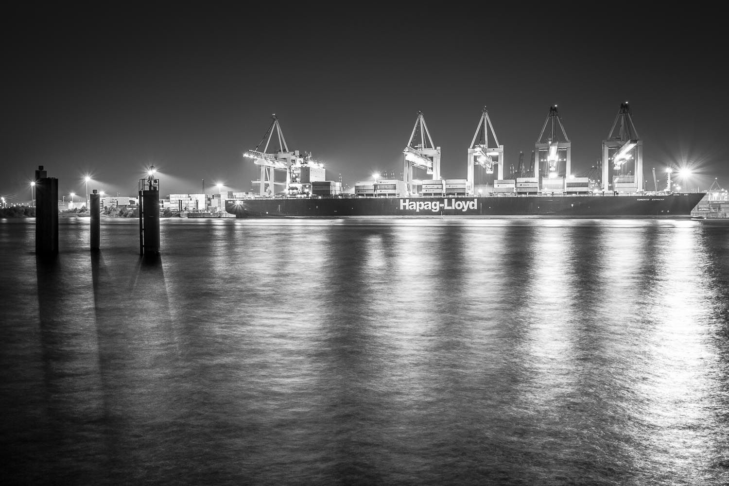 Ship yard in the port of Hamburg. Hapag Lloyd. Black and white photo. Photo by Hinrich Carstensen
