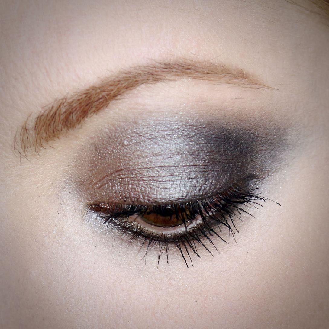 Julia Petit olho esfumado com a  paleta Naked Smoky