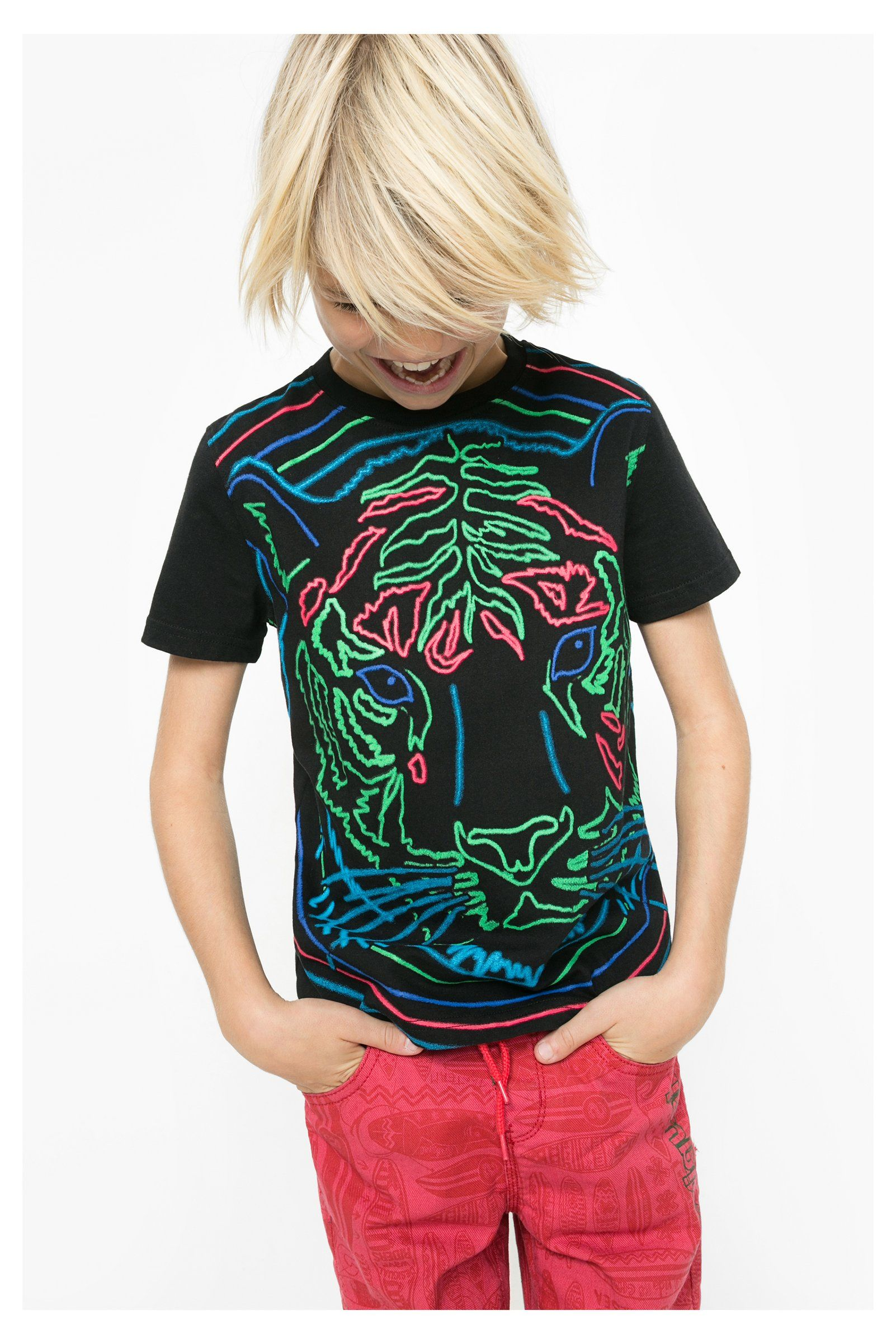Camiseta de manga corta para niño Desigual. La colección viene con ganas de  jugar 40107ac89e67f