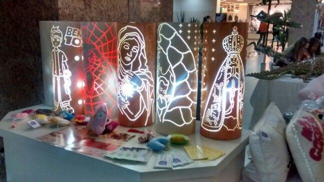Luminárias feitas de cano de PVC.