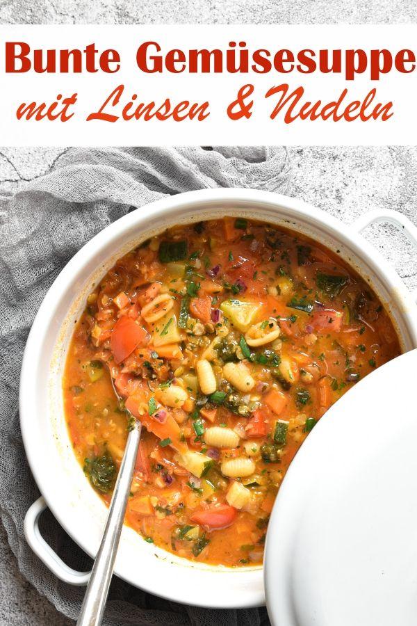 Bunte Gemüsesuppe. Mit roten Linsen und Nudeln.