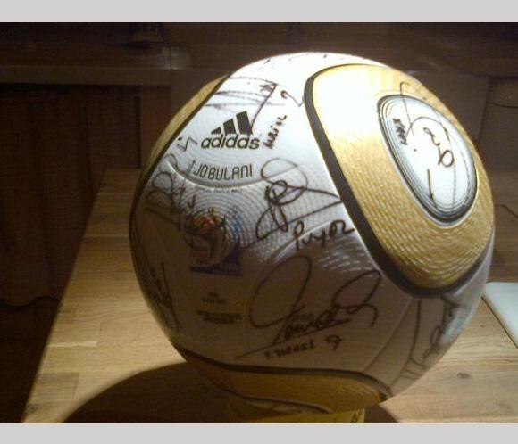 Iker Casillas regala un balón de la final del Mundial a Alejandro Sanz #famosos #cantantes #futbolistas