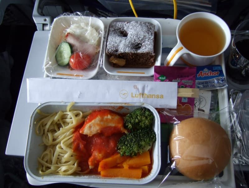 Airplane food in economy vs first class on 20 airlines