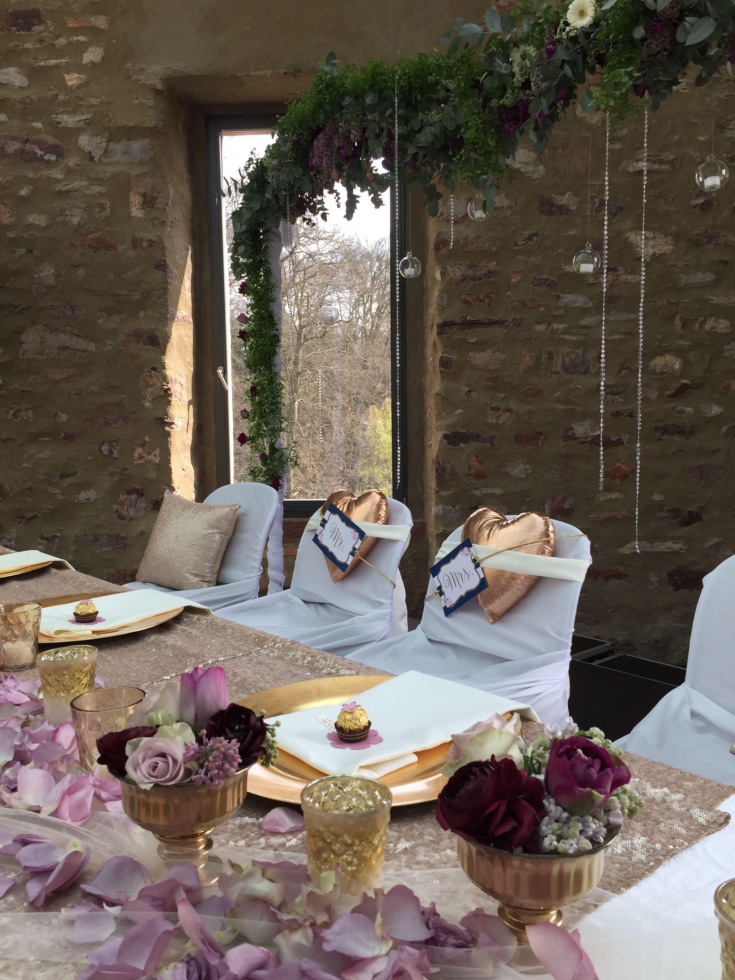Hochzeit im Jagdschloss Platte mit Brauttischdekoration und Blumenranke als Hintergrund.