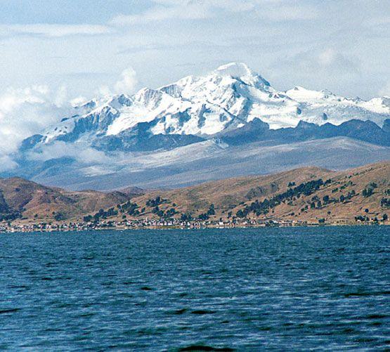 El lago Titicaca y el nevado Illampu, en el departamento de La Paz