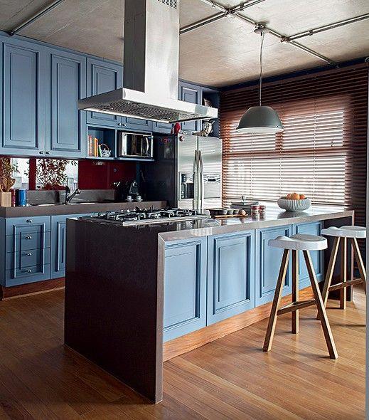 """O publicitário Otávio Dias gosta de cozinhar. Por isso, sua cozinha tinha de ser especial, com ilha central. """"A cor saiu de uma foto de revista inglesa, com armários azuis, que Otávio me mostrou"""", conta o arquiteto Nelson Kabarite"""