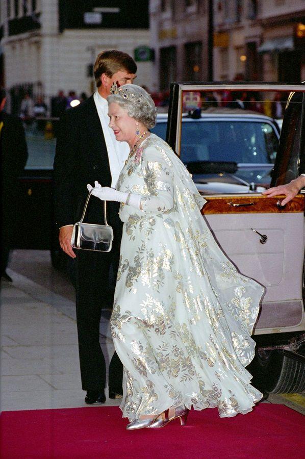 90 anni, 90 look, 1 regina. E 1 icona Stile di moda