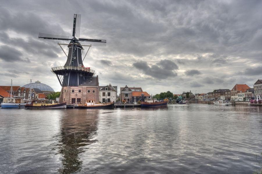 El Molino De Adriaan es un lugar de interés en #Haarlem,original de 1779 y muy cerca de #Amsterdam. http://www.viajaraamsterdam.com/ciudades-para-visitar/haarlem/ #turismo #viajar #Holanda