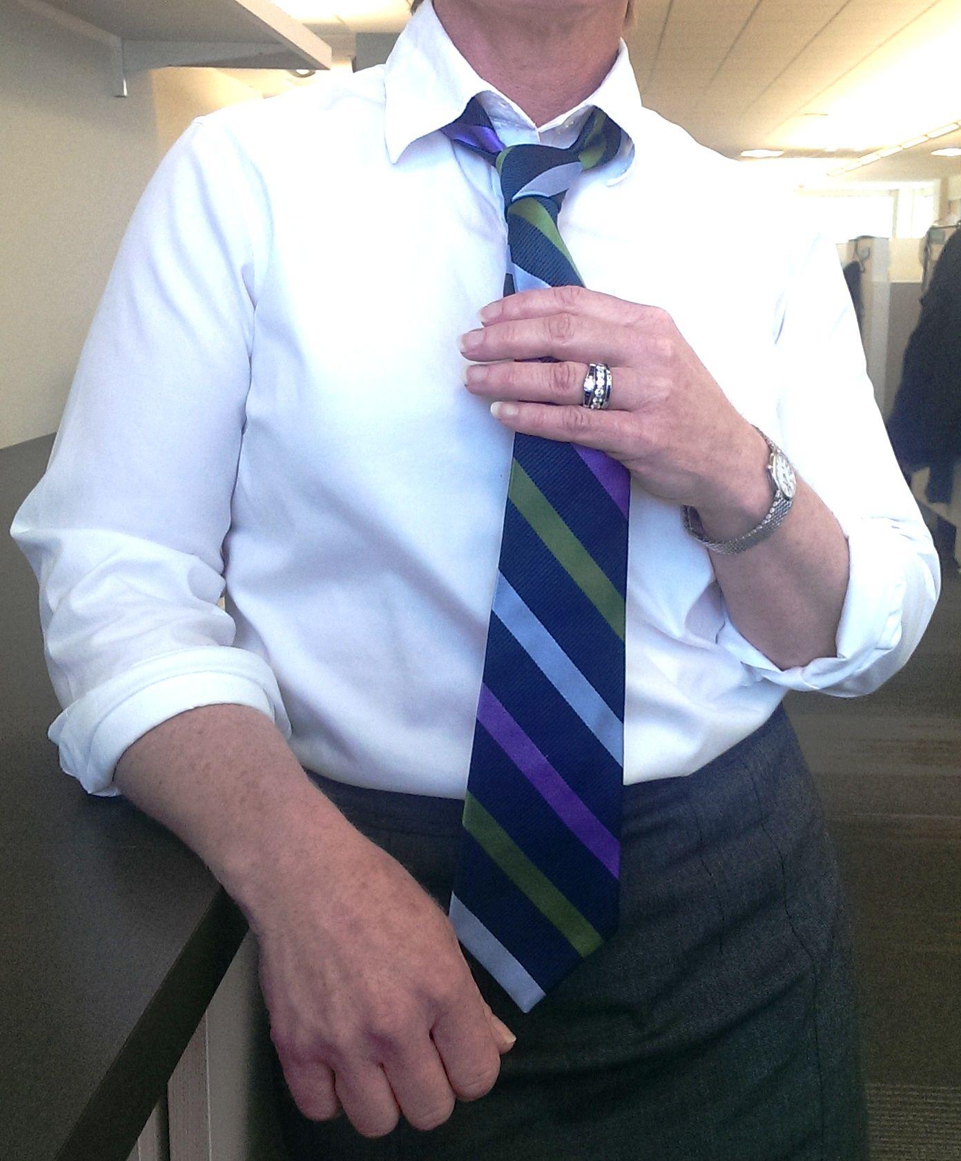 Kirstie decides to go stripes on top of a white/gray combo. Love the jewelry as a bonus. #tuesdaytieday #winterwyman