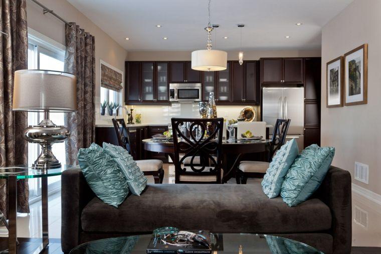 Divano Arancione E Marrone : Ambiente unico arredato in modo elegante con un divano marrone e