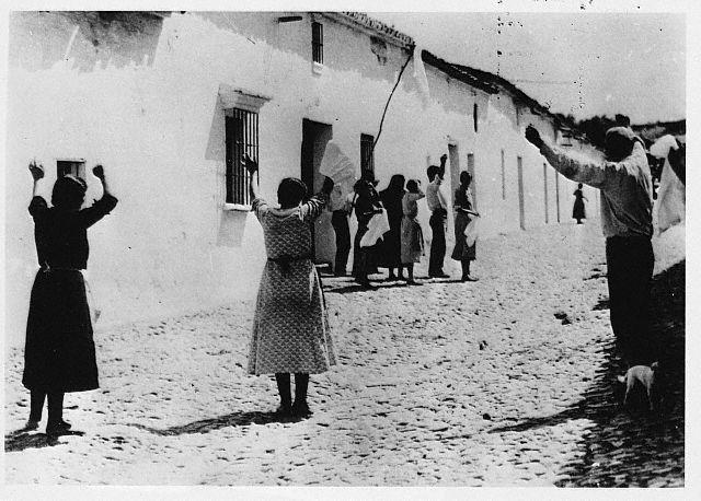 1936, cuatro habitantes de Castilblanco de Los Arroyos levantan sus manos para rendirse a las tropas golpistas.