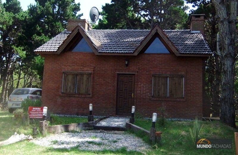 Fachada simple de ladrillo visto con techo a dos aguas y Casas con techo de dos aguas