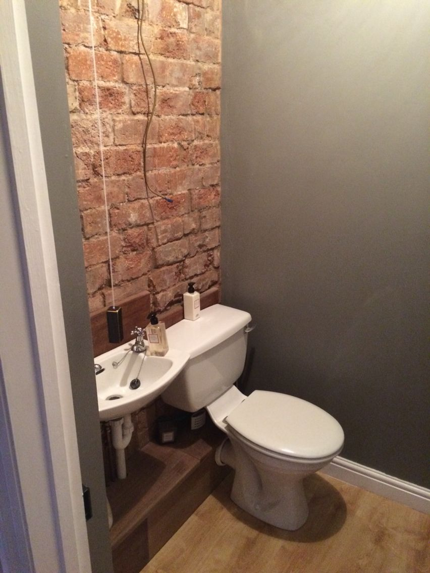 Exposed brick feature wall in cloakroom toilet   Baño de ...