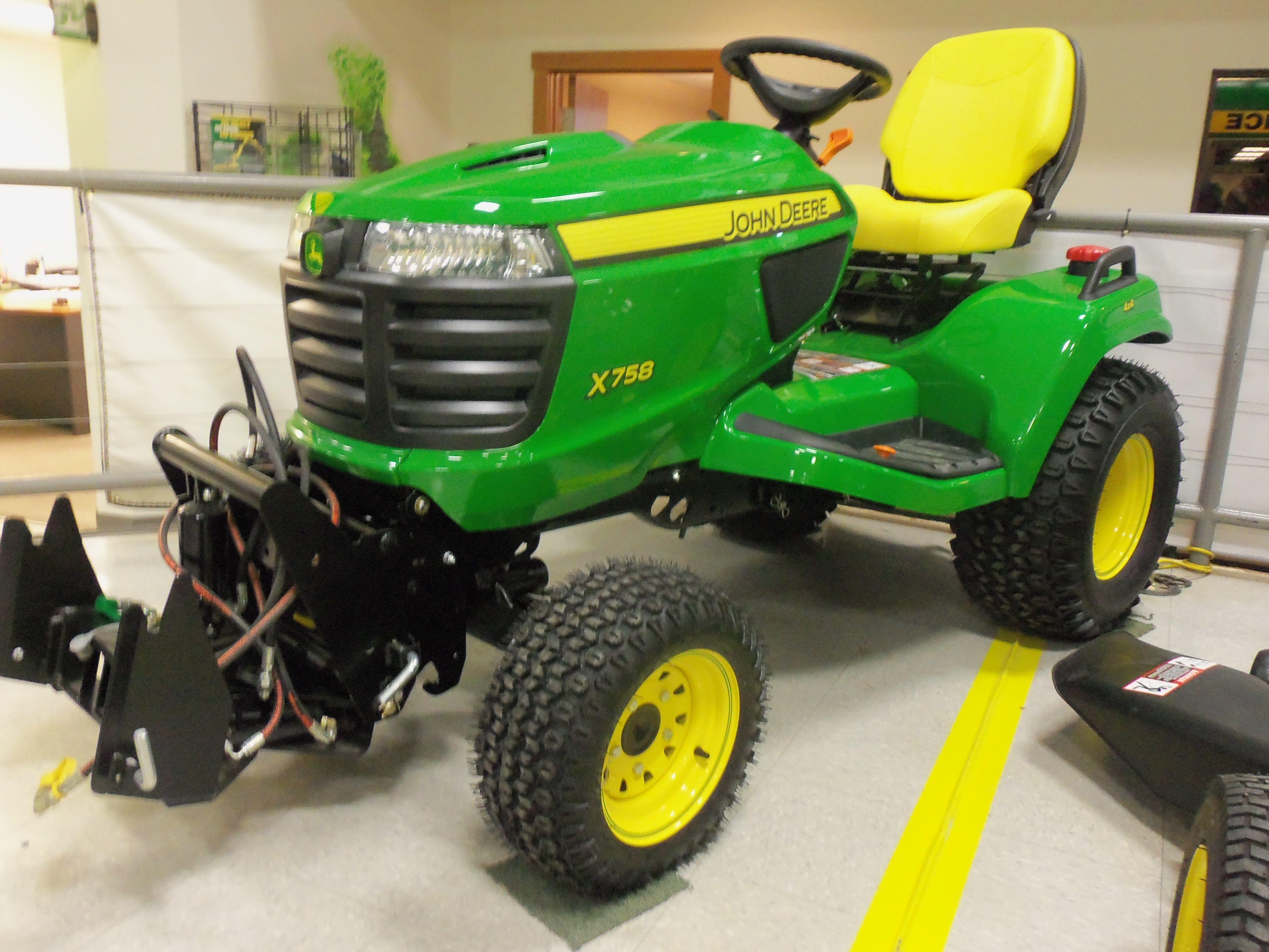 John Deere X758 garden tractor.24hp,60,cid diesel,1,258 lbs from