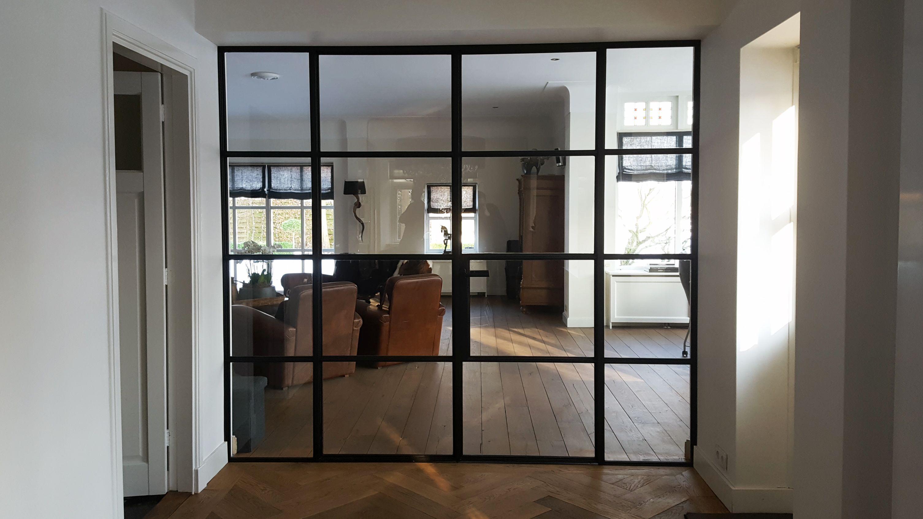 Mooie afscheiding tussen woonkamer en keuken met deze stalen deuren ...