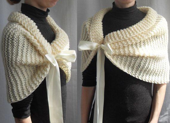 I mano tejer este abrigo de la boda elegante con hilo grueso, que consiste en lana 25% y 75% acrílico. Usted puede atar las cintas en la proa (estas cintas tienen un lado de la cara) Color: Marfil. Tenga en cuenta que los colores en las fotos pueden variar debido a la configuración del equipo. Puede elegir otro color para su abrigo.  Tamaño (en la quinta fotografía): S (6-8 los E.E.U.U.) (hecho por encargo) el tiempo de fabricación es de 5 días. M (US 8-10) (hecho por encargo) el tiempo de…