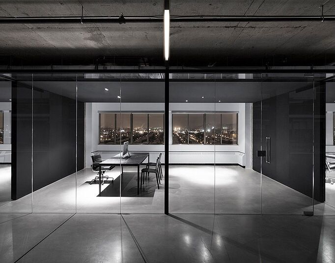Oficinas minimalistas en blanco y negro dise adas por for Oficinas modernas minimalistas
