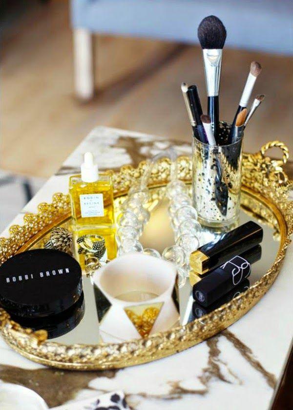 Una bandeja y un perfume para decorar tu mesita de noche Mesita de