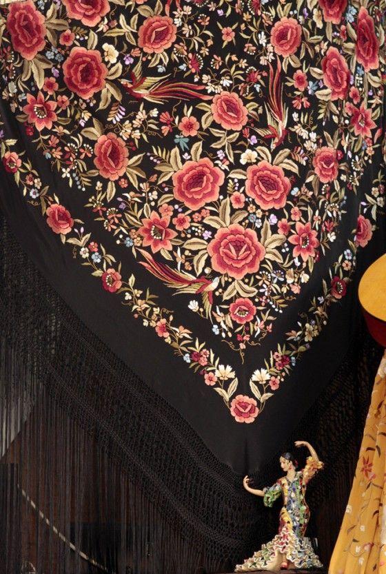 2de3b17a86c4c Diferentes Mantones de Manila disponibles en la Casa de Los Balcones ...