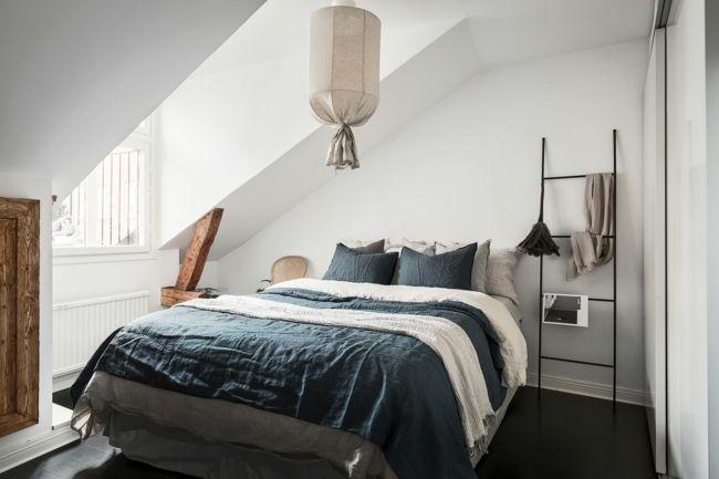 Schlafzimmer Auf Dem Dachboden Schräges Dach   Schlafraum Im Böhmischen  Stil Dekorative Leiter