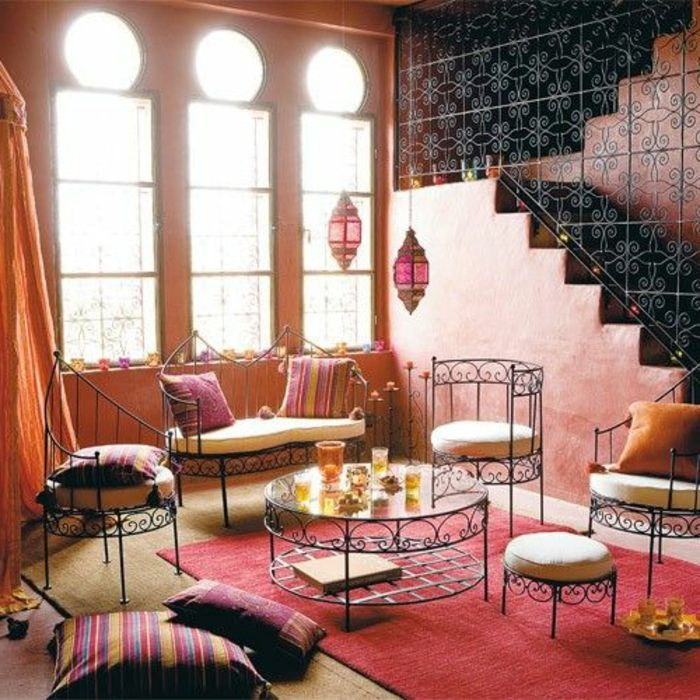 Orientalische Möbel Sitzkissen Dekokissen Große Fenster Natürliches Licht  Im Zimmer Treppe Gitter Florale Motive