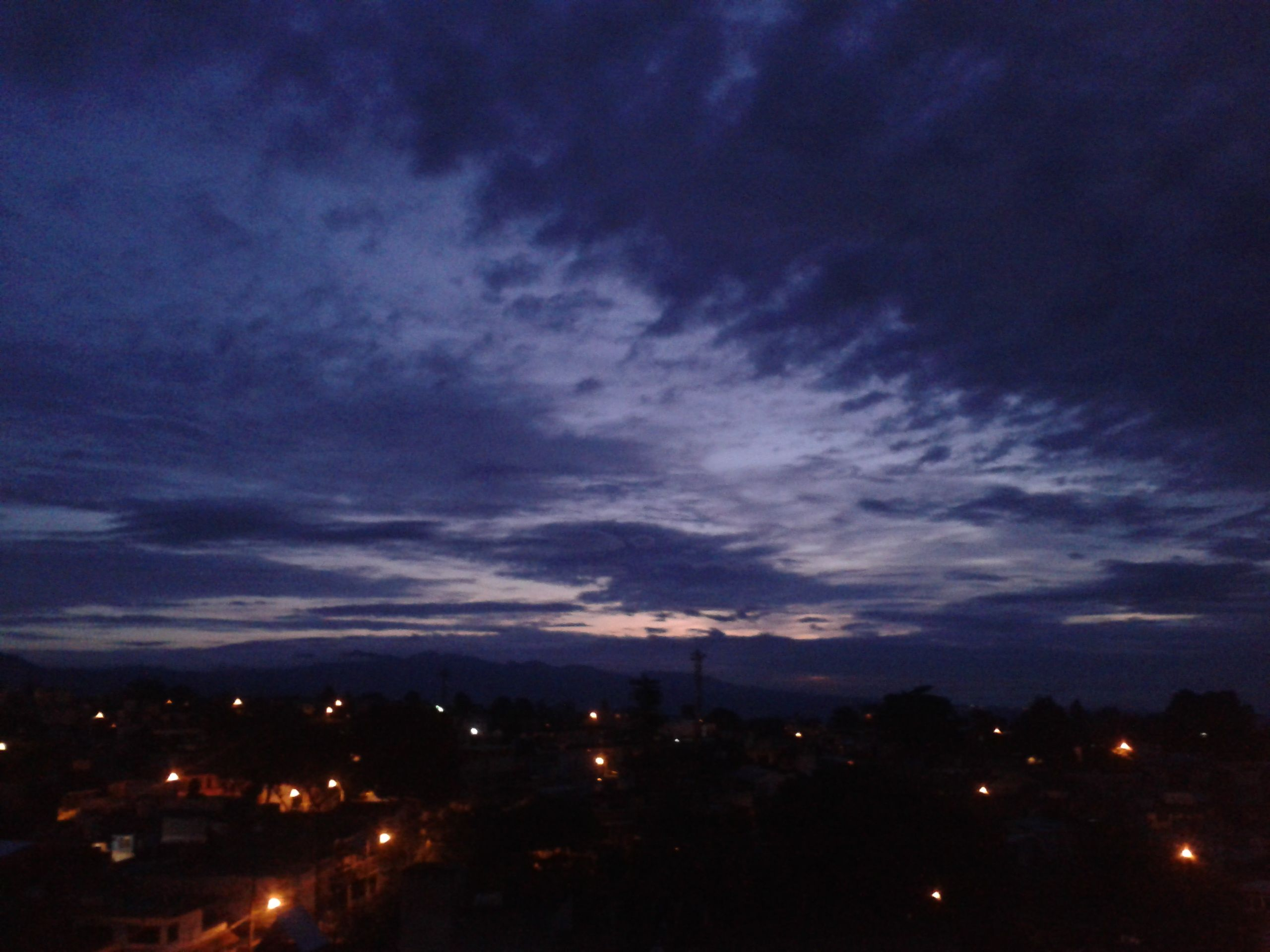 esta fotografía muestra el amanecer, enfocando la atención hacia la nubosidad encontrada en el cielo. HECHA POR SARA NELI