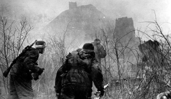 """B3pD8_EIUAA9W6B.jpg (600×349) Panzer grenadiers of the Panzer Grenadier Division """"Großdeutschland"""" go on the offensive in a Russian town."""