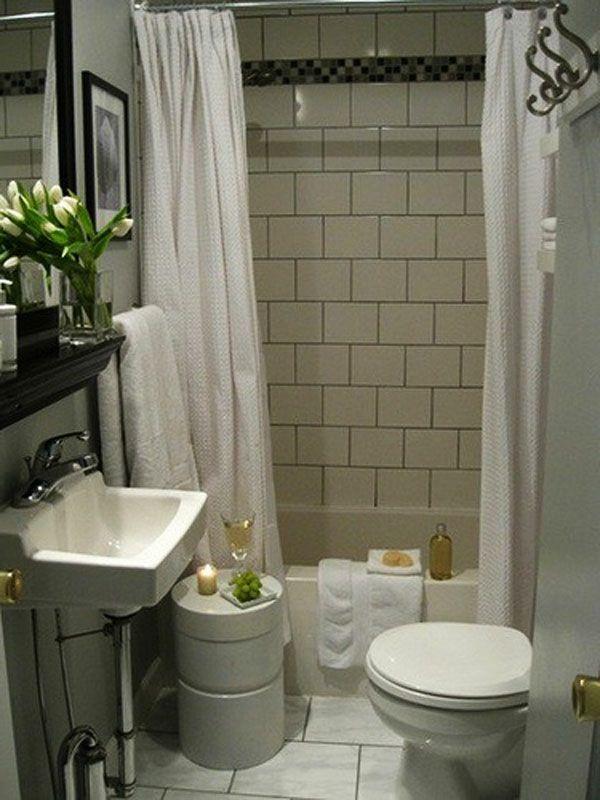 badezimmer design mit weißen gardinen und weiße tulpen auf
