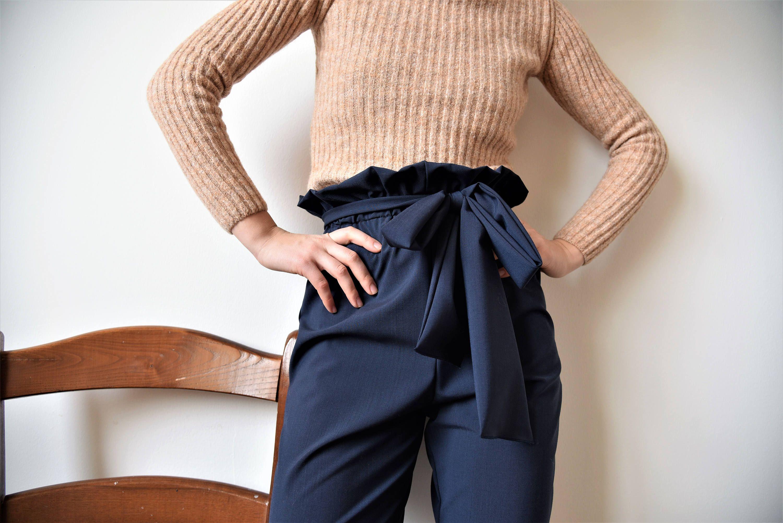 Pantaloni Amélie - pantaloni con fiocco - pantaloni blu con elastico  arricciati in vita 6a7c1099152
