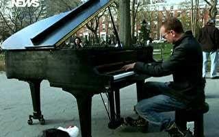Pianista toca no meio da rua em plena agitação de Nova York