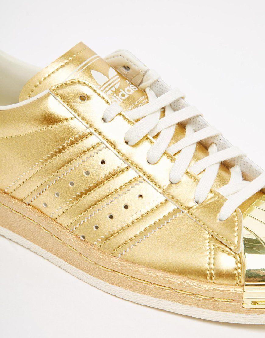 reputable site a0287 dbb46 Imagen 4 de Zapatillas de deporte con diseño dorado metálico estilo años 80  Superstar de adidas Originals