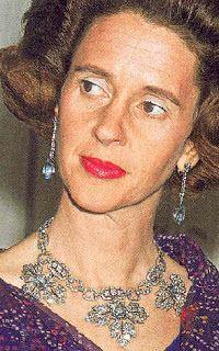 La reina Fabiola de Bélgica con la tiara Ducal, regalo de España con motivo de su boda con Balduino I, en este caso utilizada como collar.