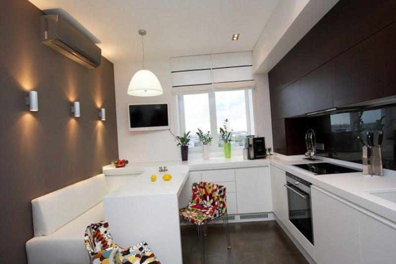В этом дизайн-проекте было необходимо гармонично вписать кухню и гостиную зону в единое помещение. В процессе разработки были рассмотрены.