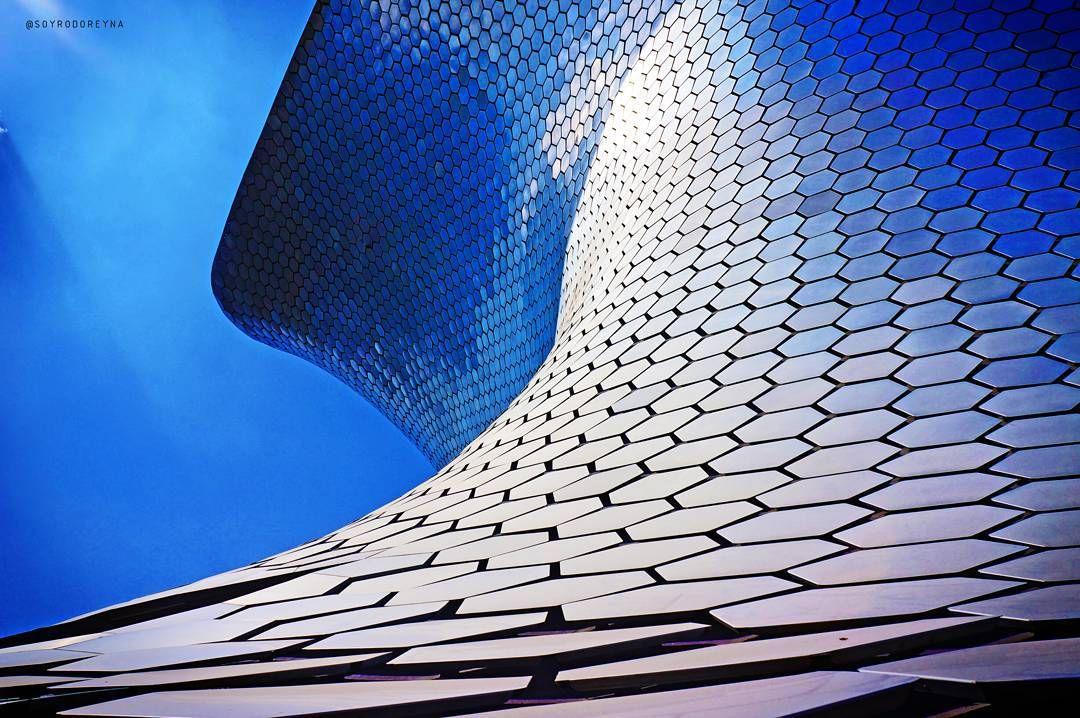 El museo Soumaya es una obra de la firma de arquitectos FR-EE , cuenta con un área de proyecto de 17,000m2 y está cubierto por una piel exterior de 16,0000 fichas hexagonales de acero.  Una obra de arquitectura mexicana que no te puedes perder al visitar la Ciudad de México.  #FREE #MuseoSoumaya #FernandoRomeroEnterprise #CDMX #ViveMéxico #ArquitecturaMexicana #ColoresdeMéxico #CiudaddeMéxico #ArquitecturaModerna #Tecnología #Construcción #Architecture #Design #Modern #BIM
