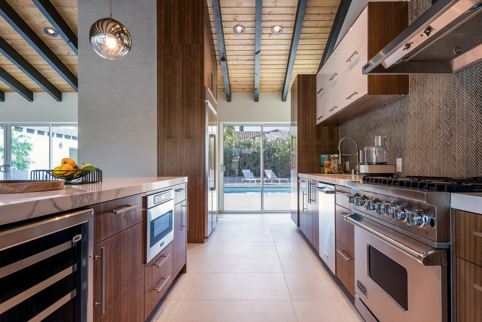 Photo 9 Of 16 In An Updated Palm Springs Estate Lists For 2 4m Mid Century Modern House Cool Kitchens California Homes