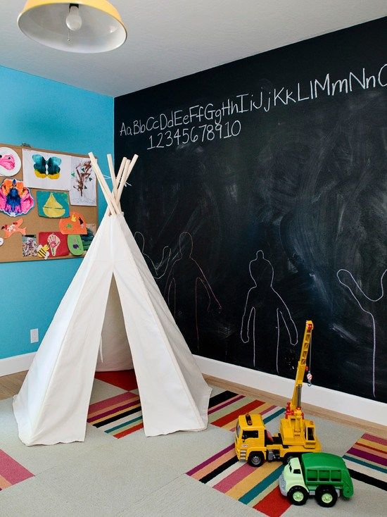 kinderzimmer blaue wand tafel schwarz zelt zum spielen. Black Bedroom Furniture Sets. Home Design Ideas