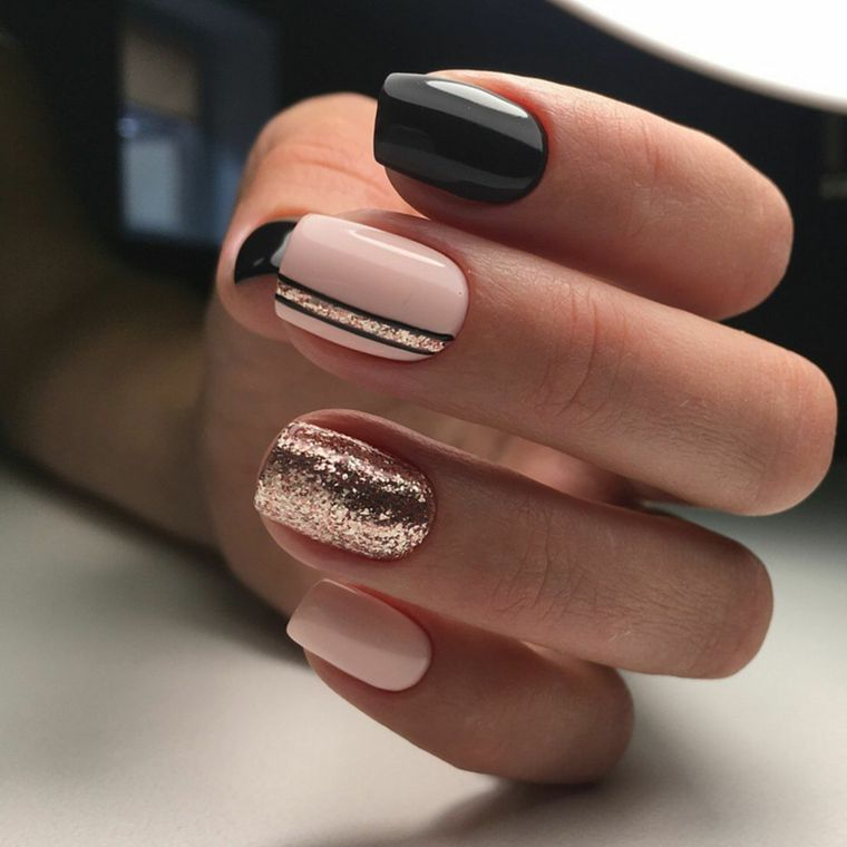 Unghie gel nere forma quadrata, accent nail color rame glitter, nail desing  manicure donna