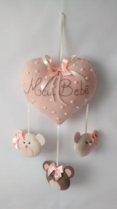 Pingente decorativo para berço coração bordado em feltro e ursinhos.
