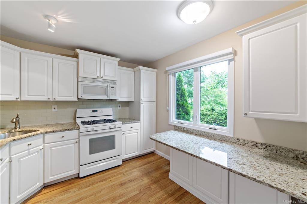 5502 Manor Dr Peekskill Ny 10566 Trulia White Cabinetry Trulia Kitchen Remodel