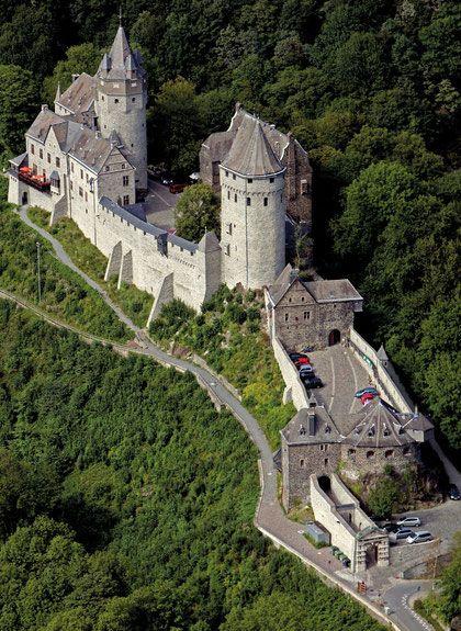 Burg Altena - Deutschlands schönste Höhenburg Groß und prächtig, schicksalsträchtig thront die Burg Altena seit dem 12. Jahrhundert auf der Wulfsegge über der Stadt Altena. Sie ist eine der schönsten Höhenburgen Deutschlands. Fast 900 Jahre ereignisreiche Geschichte haben die Wehranlage mehrmals grundlegend verändert. In den Jahren 1906 bis 1915 wurde sie umfassend renoviert und zu der imposanten Burg umgestaltet, die heute alle Besucher in ihren Bann zieht. 1914 eröffnete der Altenaer Volkss... #castles
