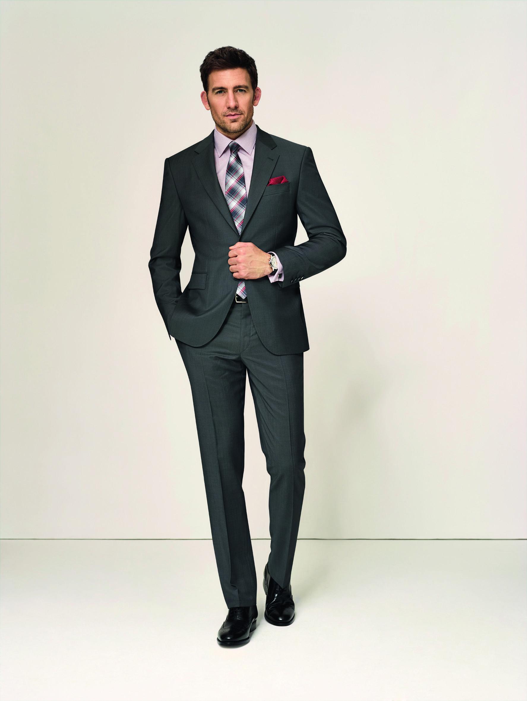 der allrounder ein anthrazitfarbener anzug aus schurwolle ist der richtige allesk nner f r alle. Black Bedroom Furniture Sets. Home Design Ideas