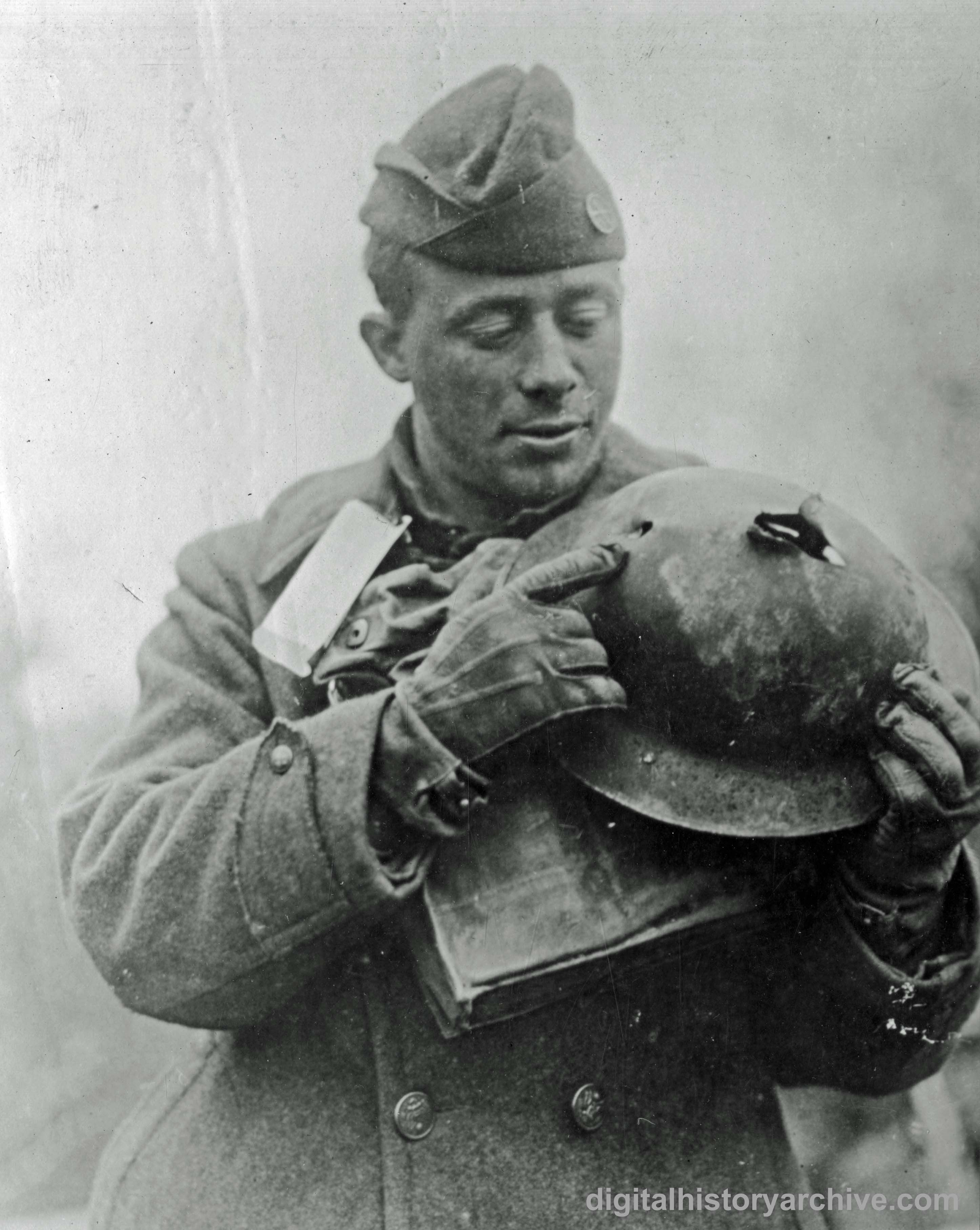 Wwi 1918 Us Army Private Mere Lipsky Of 2nd Battalion 329th Infantry 82nd Division Exhibits His Helmet Which Was World War I Ww1 History Military History