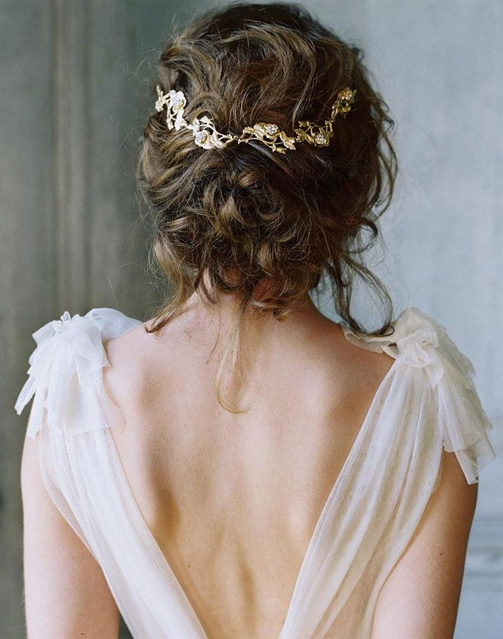 Loose wedding hair updos with pretty hair accessoires | fabmood.com #bridalhair #weddinghairstyles #looseupdos
