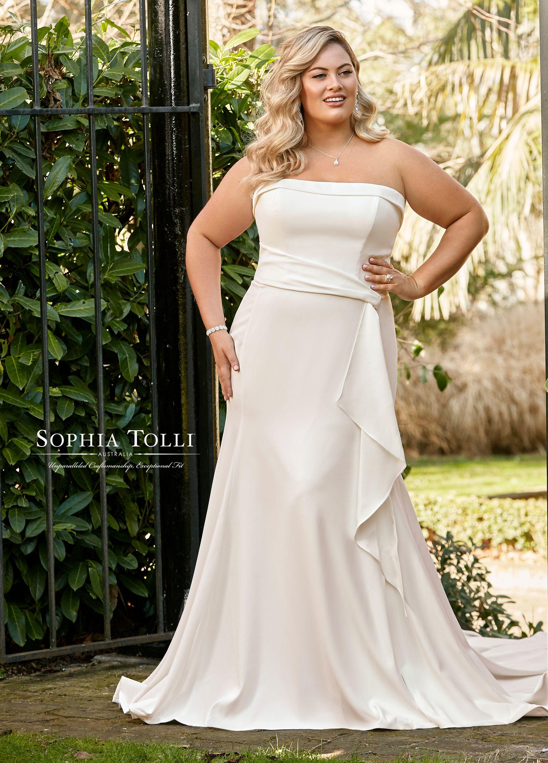 Perfect Mermaid Look For A Curvy Bride With Curvy Model Yardenhay Plus Wedding Dresses Wedding Dresses Lace Wedding Dresses [ 1368 x 765 Pixel ]