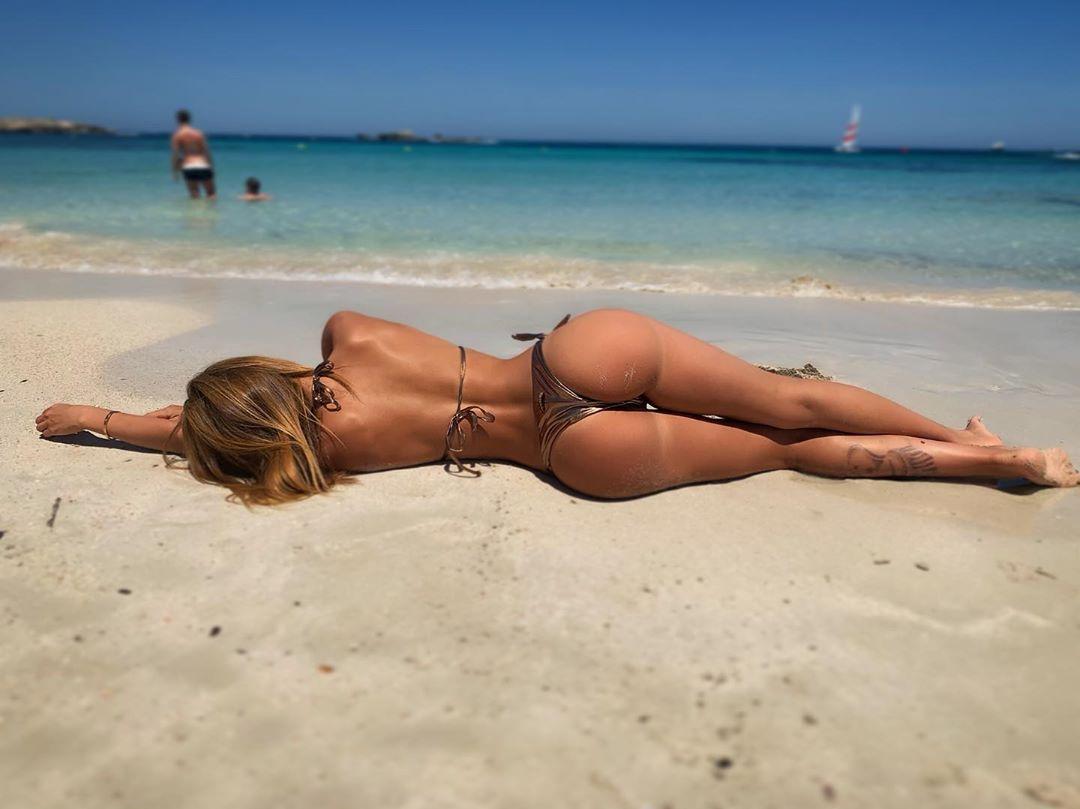 Preocupada... 🤔🤷🏽♀️ 🏖 #sun #beach #fitnessgirl #fitfam #girlonthebeach #model...