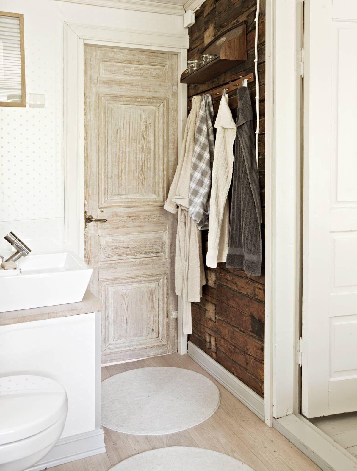 Keskikerroksen vessaan mennään 1800-luvun ovesta, joka on hankittu Varaosapankista. Allas-taso on Kvikin, wc-istuin Gustavsbergin ja hana Oraksen Alessi-sarjaa.