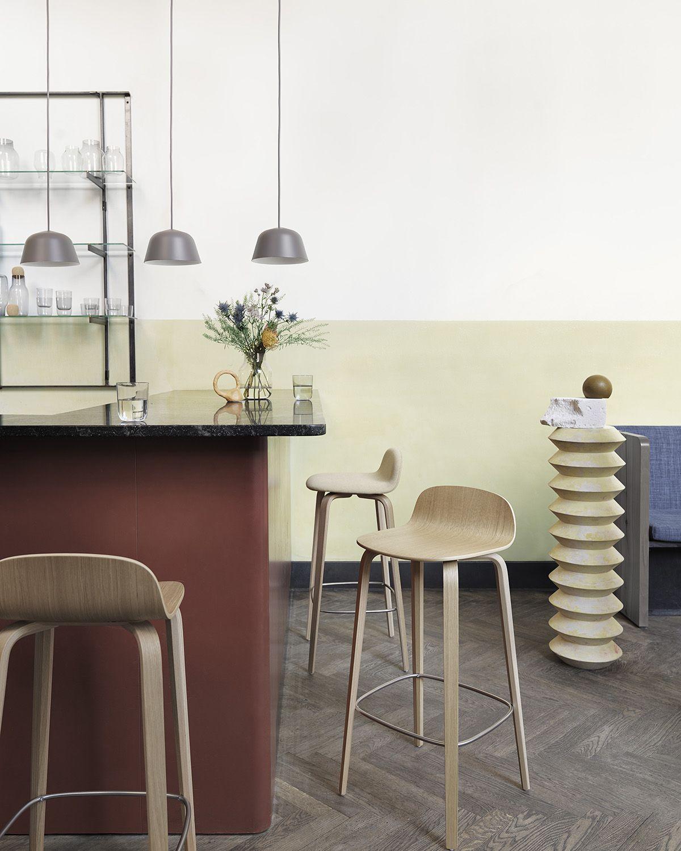 Wooden Bar Stool Decor Inspiration From Muuto With Its Small Curved Back And Long Elegant Legs The Visu B Med Billeder Barstol Skandinavisk Interior Ideer Boligindretning