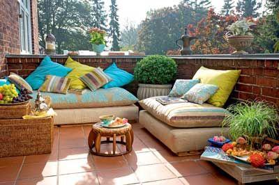 orientalisch einrichten orientalische kissen auf dem balkon wohnen garten in the orient. Black Bedroom Furniture Sets. Home Design Ideas